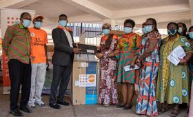 Mr Ojuolape handing over the equipment to Dr Zakariah
